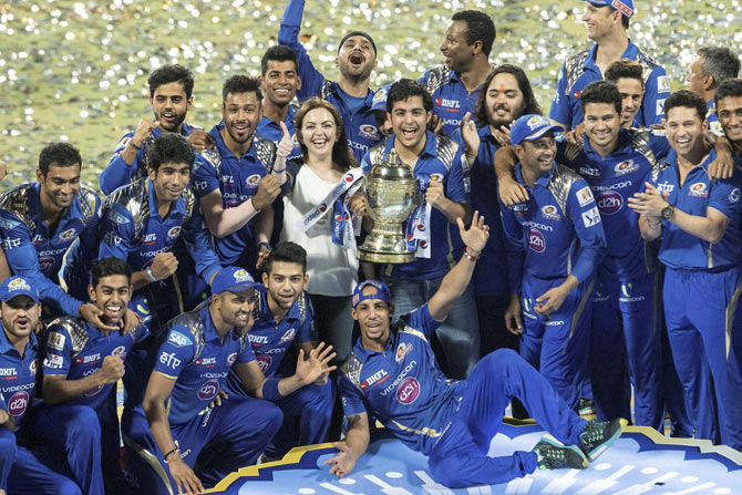 mumbai_indians_celebrate_their_ipl_victory_in_wankhede_niharonline