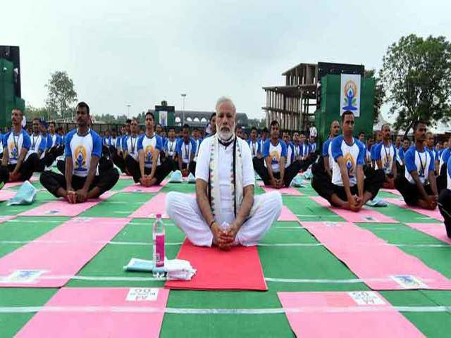pm-modi-yoga-on-international-yoga-day-niharonline